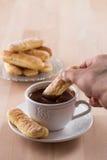 Chokladkopp med piskade kräm och sockerkaksbit i form av ett finger Royaltyfria Foton