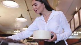 Chokladlager Den kvinnliga säljaren i konfekt shoppar arkivfilmer