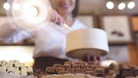 Chokladlager Den kvinnliga säljaren i konfekt shoppar lager videofilmer