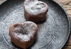Chokladlava bakar ihop i formen av hjärta Arkivbilder