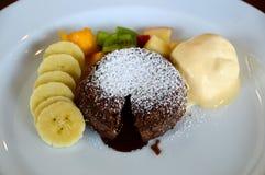 Chokladlavakaka och vaniljglass arkivfoton