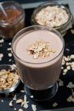 Chokladmilkshake i ett exponeringsglas, bästa sikt arkivbild