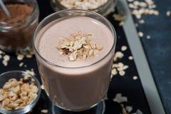 Chokladmilkshake i ett exponeringsglas, closeup fotografering för bildbyråer