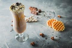 Chokladmilkshake med piskad kräm och choklad Söt drink och kakor arkivbild