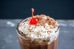 Chokladmilkshake på den lantliga bakgrunden Royaltyfria Bilder