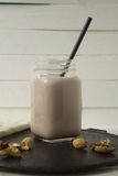 Chokladmilkshake på vit bakgrund royaltyfri bild