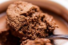 Chokladmousse i den vita koppbunken Synlig textur för sked Vibrerande Rich Brown Color Makro Royaltyfria Foton