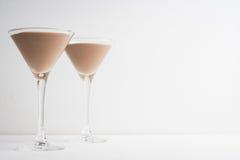 Chokladmousse i martini exponeringsglas Arkivbild