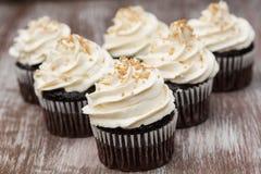 Chokladmuffin med den vaniljButtercream glasyren på kaka Arkivfoto