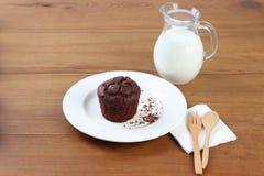 Chokladmuffin med den wood skeden och mjölkar arkivfoton