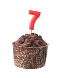 Chokladmuffin med födelsedagstearinljuset för åriga sju Arkivbilder