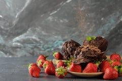 Chokladmuffin med jordgubbar fotografering för bildbyråer