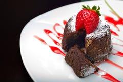 Chokladmuffin med jordgubben Arkivbilder