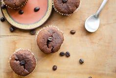Chokladmuffin med kaffebönor Arkivfoto