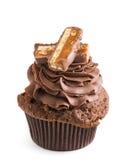 Chokladmuffin med skivor av chocostången som isoleras på vit Royaltyfri Bild