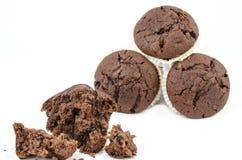 Chokladmuffin med smulor Arkivbild