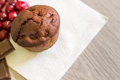 Chokladmuffin med sura körsbär royaltyfria bilder