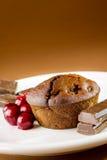 Chokladmuffin med sura körsbär arkivfoto