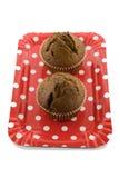 Chokladmuffin på den röda plattan på den vita bakgrunden Royaltyfri Fotografi