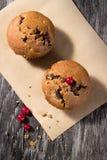 Chokladmuffin på den wood bakgrunden Arkivfoto