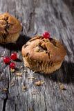 Chokladmuffin på den wood bakgrunden Fotografering för Bildbyråer