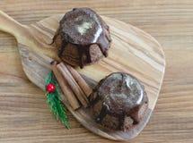 Chokladmuffin på träbakgrund Fotografering för Bildbyråer