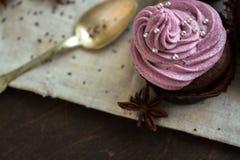 Chokladmuffin som dekoreras med bärkräm Royaltyfri Bild