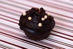 Chokladmuffin som isoleras på en svart bakgrund royaltyfri bild