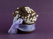 Chokladmuffin som slås in upp som en gåva Royaltyfria Bilder