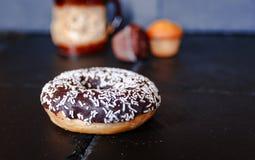 Chokladmunk med muffin på bakgrund arkivbild