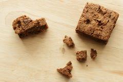 Chokladnissekaka i wood bakgrund Royaltyfria Foton