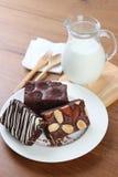 Chokladnissen med den wood skeden och mjölkar royaltyfri foto