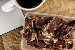 Chokladnissen med kaffe på en filtbakgrund arkivbild
