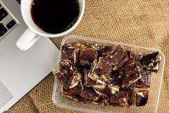 Chokladnissen med kaffe på en filtbakgrund royaltyfria bilder