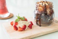 chokladnissen med vaniljglass Arkivfoton