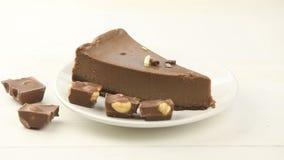 chokladostkaka på den vita plattan på tabellen stock video