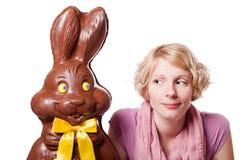 Chokladpåsk Bunny Looking på en blond flicka royaltyfri foto