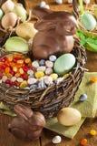 Chokladpåskkanin i en korg royaltyfria bilder