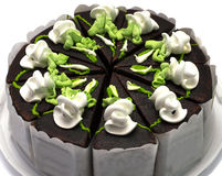 Chokladpajen med gräsplan och vit lagar mat med grädde, i hög grad Arkivfoto
