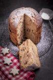 ChokladPanettone Panettonen är den traditionella italienska efterrätten för jul royaltyfri foto