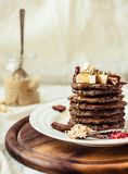 Chokladpannkakor med bananen, jordnötsmör, kanel och mapl Royaltyfria Foton