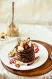 Chokladpannkakor med bananen, jordnötsmör, kanel och mapl Royaltyfri Bild