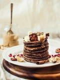 Chokladpannkakor med bananen, jordnötsmör, kanel och mapl Fotografering för Bildbyråer