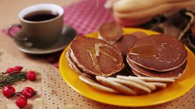 Chokladpannkakor med honung och koppen kaffe arkivfilmer