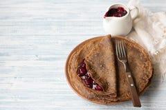 Chokladpannkakor med körsbärsröd sås Fotografering för Bildbyråer