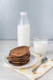 Chokladpannkakor med mjölkar Arkivbild