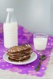 Chokladpannkakor med mjölkar Fotografering för Bildbyråer