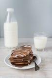 Chokladpannkakor med mjölkar Royaltyfri Foto