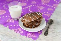 Chokladpannkakor med mjölkar Royaltyfria Bilder
