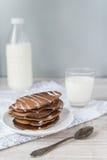 Chokladpannkakor med mjölkar Arkivbilder